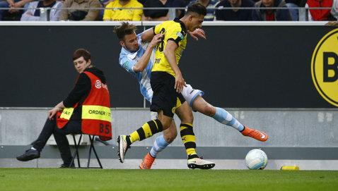 Probabil cea mai urâtă accidentare din istoria fotbalului. Un puşti de la Borussia şi-a rupt piciorul din genunchi. FOTO | Imagini cu un puternic impact emoţional