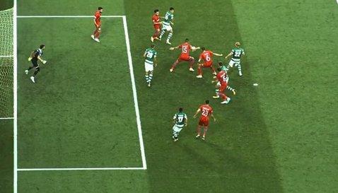 Noroc pentru FCSB în startul meciului de la Lisabona. FOTO | Vicecampioana a fost iertată de un penalty după un henţ al lui Momcilovic