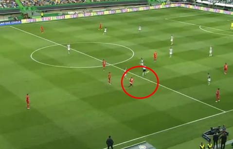 FABULOS! Ce gol a încercat să dea Alibec cu Sporting! Şut de la peste 50 de metri, aproape de pe loc