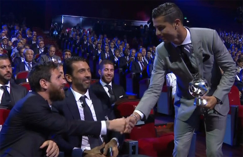 """Moment superb la tragerea la sorţi a grupelor Ligii! Ronaldo, arătând către Buffon: """"Cel mai important gol din Champions League l-am marcat împotriva bătrânului de lângă mine!"""" :) FOTO: Cum a reacţionat portarul lui Juventus"""