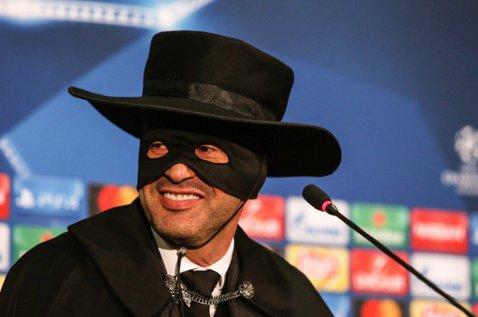 """Aşa se sărbătoreşte calificarea în primăvara Ligii! """"Zorro"""", omul care a trimis-o pe Napoli în Europa League: """"E cea mai frumoasă conferinţă de presă din viaţa mea"""""""