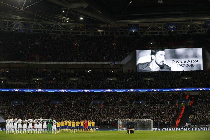 Cei 90.000 de oameni prezenţi pe Wembley au amuţit când a fost afişată fotografia lui Davide Astori. FOTO | Chiellini a izbucnit în lacrimi