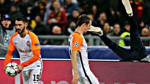 VIDEO | Gest scandalos în meciul Roma - Şahtior! Ce i-a putut face un fotbalist al ucrainenilor unui copil de mingi. Totul a fost la un pas să degenereze