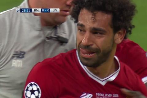 Când fotbalul îşi alege cel mai prost moment să fie nedrept! Salah a ieşit cu lacrimi în ochi din cel mai important meci al carierei. VIDEO | Faza în care Sergio Ramos l-a scos din joc pe starul lui Liverpool