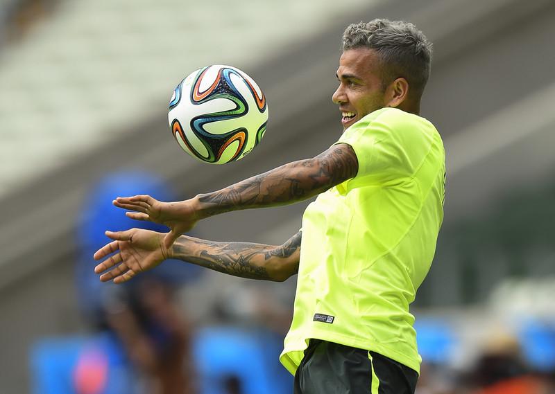 Variantă surpriză pentru Dani Alves. Brazilianul este dorit şi de Liverpool