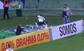 VIDEO | Număr de magie pe un stadion din Brazilia. Un atacant a dat gol şi a dispărut pur şi simplu