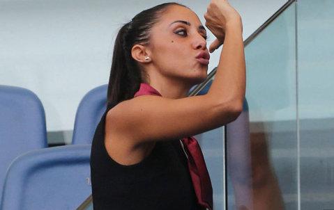 FOTO   Cea mai simplă metodă de a linişti ultraşii: angajezi fotomodele pe postul de steward
