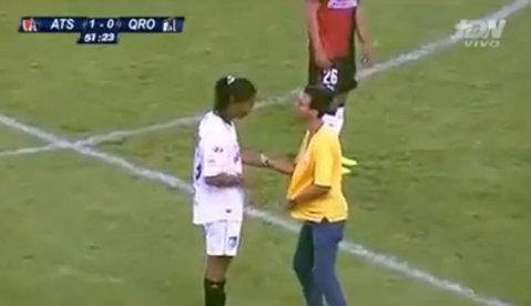 Ronaldinho a declanşat isteria în Mexic. Un fan a intrat pe teren şi a fugit spre el. VIDEO| Reacţia superbă a brazilianului