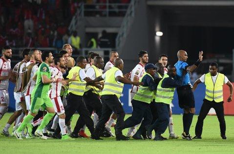 Scandal la Cupa Africii! Tunisienii au vrut să-l linşeze pe arbitrul sfertului contra Guineei Ecuatoriale. Acesta a fost scos cu Poliţia de pe teren