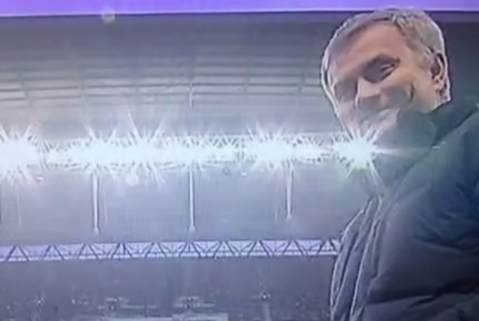 Incredibil ce a făcut Mourinho în timpul meciului cu echipa lui Chiricheş. S-a apropiat de camera TV şi a făcut un gest nepotrivit