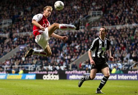 13 ani de la unul dintre cele mai frumoase momente din istoria fotbalului. VIDEO | Golul lui Bergkamp, după poate cel mai spectaculos dribling din toate timpurile