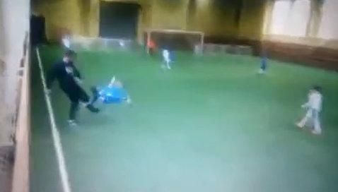 VIDEO | O brută de antrenor şi-a lovit elevul. Puştiul, la un pas de o accidentare oribilă. ATENŢIE: imagini cu un puternic impact emoţional