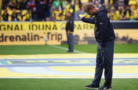 FOTO EMOŢIONANT | Cum şi-au luat fanii lui Dortmund rămas bun de la Jurgen Klopp. Neamţul a părăsit stadionul în lacrimi