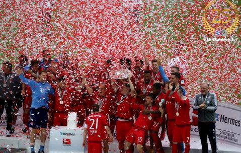 FOTO | Bayern a primit trofeul pentru cel de-al 25-lea titlu din istorie. Jucătorii au sărbătorit cu multă bere. Schweinsteiger a marcat la meciul cu numărul 500 pentru el