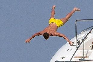 FOTO | Distracţie la Saint Tropez. Cine este starul care a plonjat spectaculos în mare