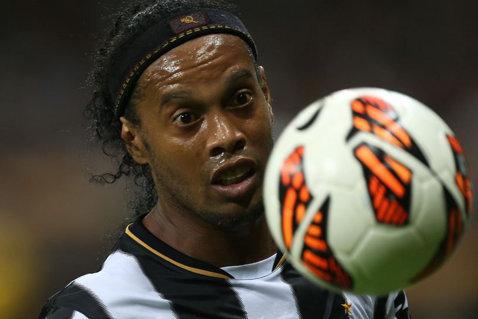 """Ronaldinho e genial. La fix 10 ani de când a trimis de 4 ori mingea în bară, """"Dinţosul"""" e erou în alt viral. Ce a făcut de data asta"""