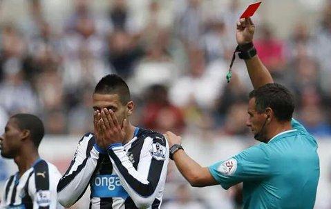 Mr. Angry! Record unic în fotbalul englez: după ce a primit galben la 11 secunde şi la 2 minute de la intrarea pe teren în primele două meciuri, Mitrovic a fost eliminat în 15 minute cu Arsenal