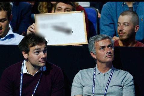 Mourinho a ajuns de râsul Angliei, după dezastrul prin care trece Chelsea. FOTO | Mesajul afişat de fanul din imagine