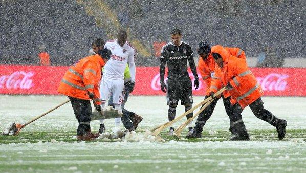 Meciul Beşiktaş - Mersin, suspendat din cauza ninsorii. FOTO | Cum arăta gazonul