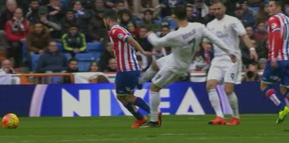 VIDEO | Gest urât al lui Ronaldo în meciul cu Gijon: şi-a lovit un adversar din spate, fără minge, dar a scăpat de eliminare