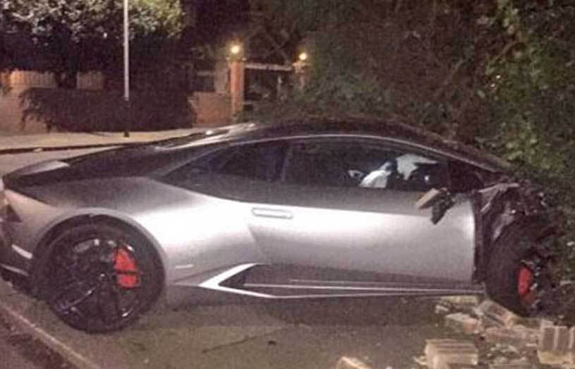 FOTO | Un atacant de la West Ham şi-a făcut maşina praf, după ce a intrat în gardul de cărămidă al unei case