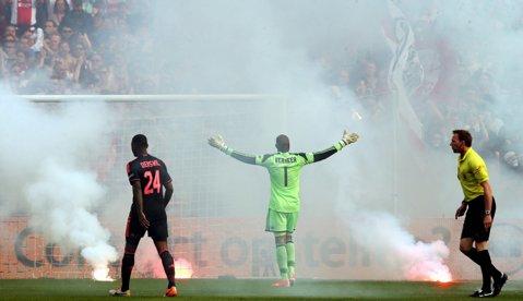 """Atenţie, imagini şocante! FOTO   Gest oribil al fanilor lui Ajax. Fostul portar al echipei a fost """"spânzurat"""" în tribune"""
