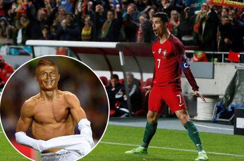 Parcă el e :) FOTO | Aeroportul din Maderia a fost numit după Cristiano Ronaldo, dar toată atenţia a fost atrasă de ACEASTĂ statuie a lui CR7. Glumele nu au întârziat