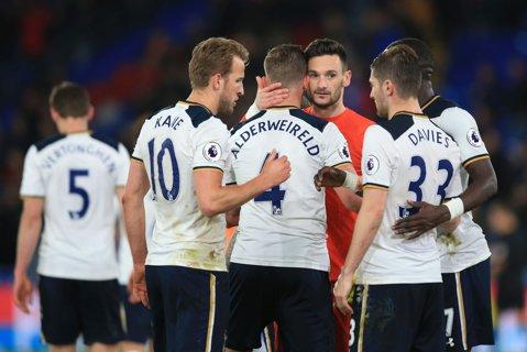 """Înfrângerea care îl îngenunchează pe Wenger! Tottenham o """"execută"""" pe Arsenal în 3 minute şi păstrează viu visul câştigării titlului! Tunarii riscă să rateze Liga Campionilor pentru prima dată după 20 de ani!"""