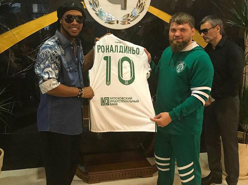 Ronaldinho a ajuns în Cecenia şi a primit tricoul cu numărul 10! FOTO | Moment special la primul meci după ce fosta echipă a lui Torje şi Grozav şi-a schimbat numele