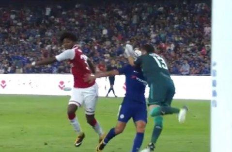"""De ce un Chelsea - Arsenal nu poate fi niciodată """"amical"""". VIDEO   Pedro, făcut K.O. de Ospina în partida de la Beijing"""