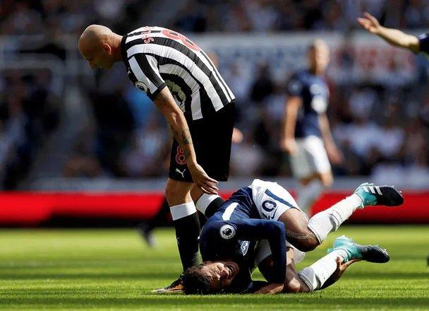 """Roşu direct pentru o intrare oribilă! Cel mai murdar gest al începutului de sezon vine de la un jucător al lui Newcastle. """"Victima"""" s-a răzbunat apoi"""