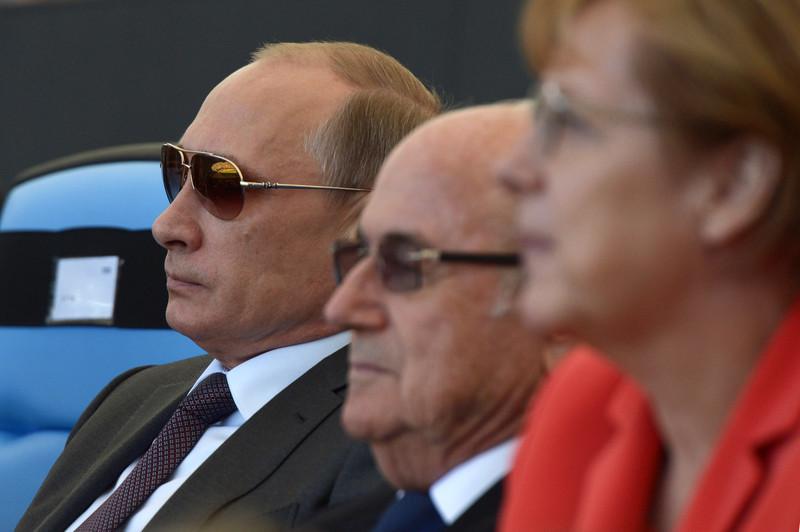 Cancelarul german Angela Merkel vrea ca UEFA şi FIFA să intervină pentru ca cluburile să nu mai plătească sume atât de mari pe transferurile de jucători