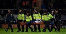 FOTO | Accidentare HORROR în Anglia! A ieşit pe targă, cu mască de oxigen, în aplauzele întregului stadion