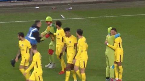 """VIDEO   Ţestoasele ninja au invadat terenul în Ligue 1 :) Imaginile amuzante cu reacţia lui Dani Alves şi legătura dintre Mbappe şi """"invadatori"""""""