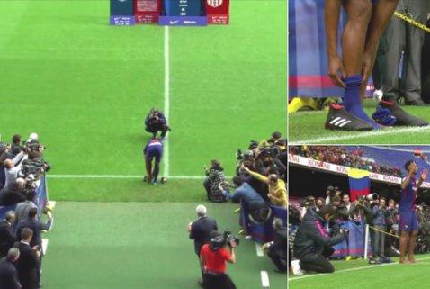 """Moment """"altfel"""" la prezentarea ultimului transfer al Barcelonei. VIDEO   A renunţat la ghete şi a păşit desculţ pe Camp Nou"""