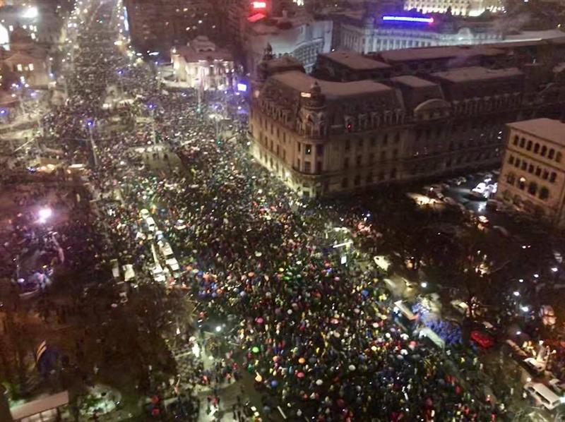 FOTO | A fost la un pas să fie LINŞAT de zeci de mii de oameni! Doar intervenţia Poliţiei l-a scăpat din mâinile oamenilor furioşi