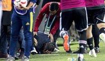 FOTO & VIDEO | Haos în Turcia, la derby-ul Fener - Beşiktaş! Antrenorul gazdelor a fost cusut pe viu şi trimis la spital, fanii au ajuns în arest, meciul a fost suspendat, oficialii celor două echipe s-au confruntat violent. De unde au pornit scenele reprobabile