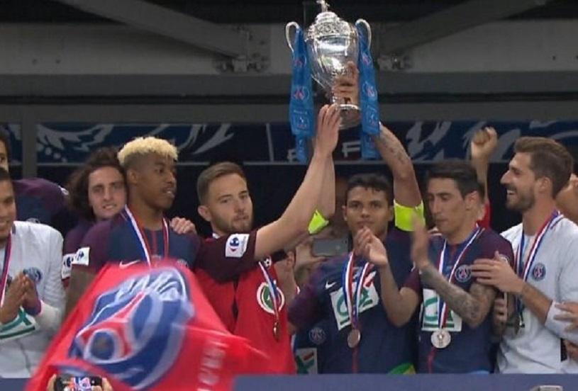 """PSG a câştigat Cupa Franţei şi a făcut """"tripla"""" pentru a treia oară în ultimii patru ani. VIDEO   Moment superb la final: căpitanul lui Les Herbiers a trăit cel mai frumos moment al carierei graţie lui Thiago Silva. Când """"granzii"""" îşi arată respectul pentru cei mici"""