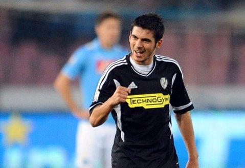 Are 23 de ani şi a jucat la 10 echipe din patru ţări, dar acum e aproape să dea lovitura carierei. Fotbalistul român care a fost legitimat la AS Roma, Marseille şi Bolton poate ajunge în Serie A