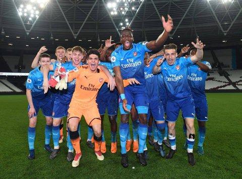 FOTO | Vlad Dragomir e campion în Anglia! Arsenal a câştigat campionatul la juniori. Ce mesaj a transmis căpitanul naţionalei U19 după această performanţă