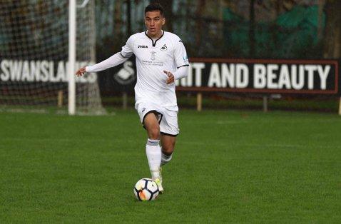 """Tânărul jucător român care se pregăteşte să facă saltul spre fotbalul mare din Anglia: """"Are multe şanse să intre în prima echipă"""""""