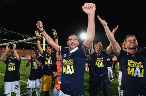 După trei ani în exil, Parma a revenit în Serie A! Clubul a promovat după un final dramatic de campionat. Novara, echipa lui George Puşcaş, a retrogradat în Serie C