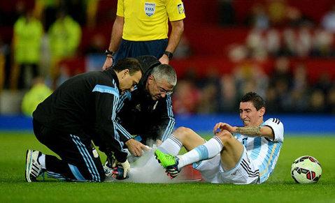 United, decimată înainte de derby-ul cu Arsenal. Van Gaal a mai primit o veste proastă: Di Maria, incert după ce a fost călcat de Nani în amicalul Portugalia - Argentina