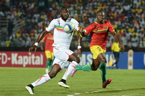 Guineea s-a calificat în sferturile Cupei Africii prin tragere la sorţi! Mali, eliminată deşi cele două ţări au terminat grupa la egalitate perfectă. Antrenorii, nemulţumiţi de modul în care s-a făcut departajarea