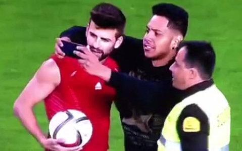 Un fan a intrat pe teren şi şi-a făcut un selfie cu Pique la finalul meciului Spania-Luxemburg