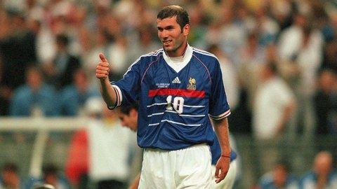 FABULOS | Acest tricou purtat de Zinedine Zidane în finala CM din 1998 a fost vândut. Preţul plătit de cumpărător