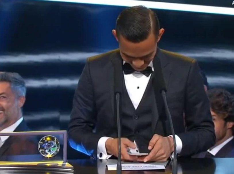 VIDEO GENIAL A câştigat trofeul Puskas cu un gol fabulos, dar nu şi-a mai găsit cuvintele când a venit să-şi ridice premiul. Nici măcar în telefon :). Momentul de glorie al lui Mohd Faiz Subri