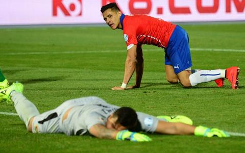 Alexis Sanchez nu suportă să piardă! VIDEO A vrut să-şi rupă tricoul de pe el. Reacţia furioasă avută după înfrângerea care o lasă pe Chile în afara locurilor care duc la CM 2018