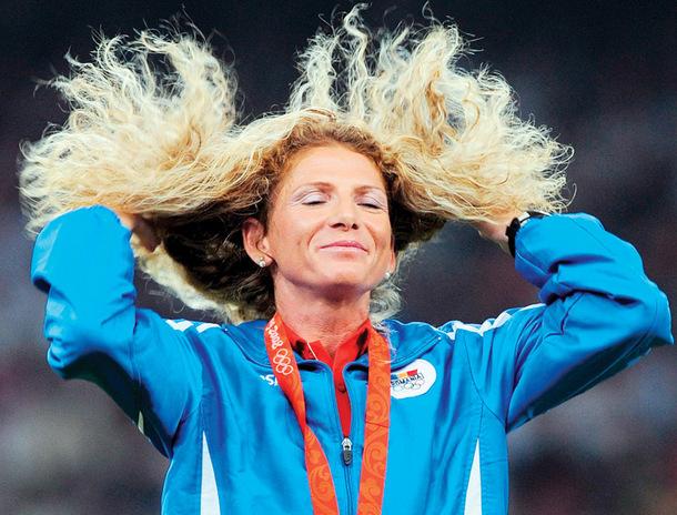 Gest mare! Constantina Diţă a devenit voluntar pe şantier. Campioana olimpică la maraton pune umărul pentru construcţia unor case destinate familiilor nevoiaşe | FOTO
