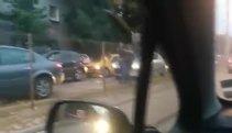 VIDEO | Scene incredibile pe un bulevard din Bucureşti. Au coborât din maşini şi s-au bătut în ultimul hal. Finalul face toţi banii